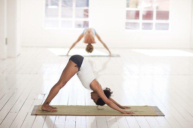 Bost yoga-jarrera likidoen atxikipena eta hankak puztuak ekiditeko